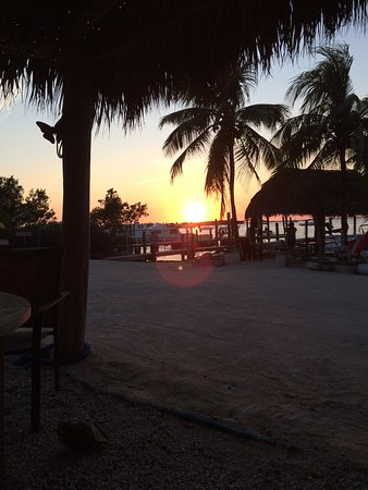 Key Lime Sailing Club and Cottages: Sunset over beach and Tiki hut
