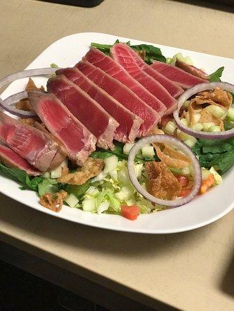 Shakers Good Food & Drink : Ahi Tuna Salad