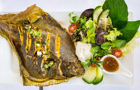 Beaumaris, Australien: Grilled whole flounder (New Zealand) with banana leaf