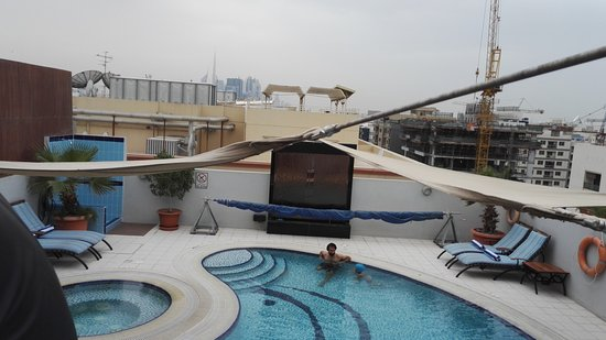 Savoy Suites Hotel Apartments: Roof - pool of the hotel