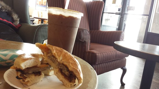 East Windsor, CT: This place is so serene, the breakfast sandwich was filling,the coffee was a good recommendation