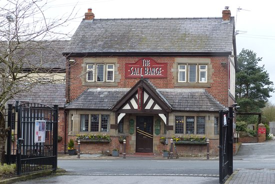 Northwich, UK: The Salt Barge pub opposite the main entrance