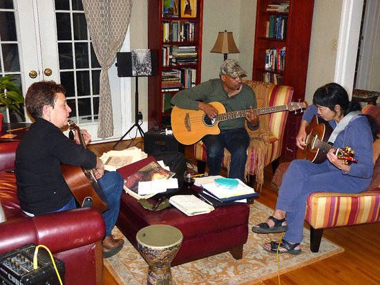 Fox Hill Bed & Breakfast: Livingroom great for family gatherings or music-making