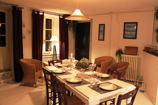 Antrain, Γαλλία: Le salon d'été donnant sur le petit jardin
