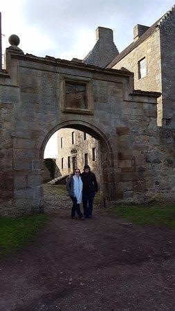 Dunfermline, UK: In front of Lallybroch!! (Midhope Castle)