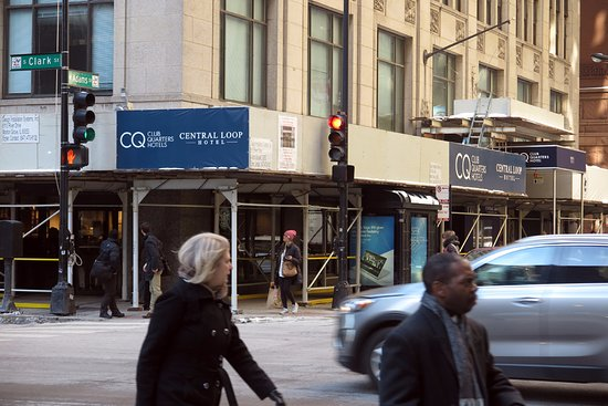 Central Loop Hotel: Entrance with the temporary wind shelter