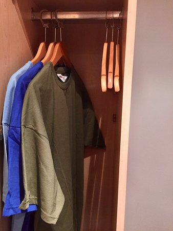 Alhambra Hotel: Hanging space in wardrobe