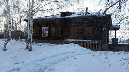 Bratsk, Rusia: Домик издалека. Все в сугробах, не чистили с осени.