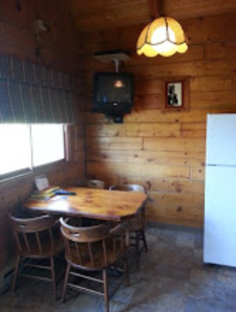 Hamilton, MT: Dining area, YES! Now all the cabins have new flat screen TV's, free WFI, and satellite .