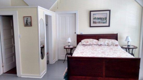 Island Hotel & Restaurant: Bedroom with bath