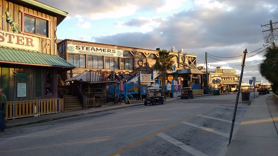 Steamers Clam Bar & Grill: restaurant on the pier.