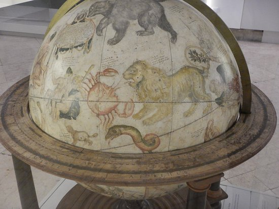 Museu de Marinha : History is brought to life in the maritime museum with objects such as this ancient globe