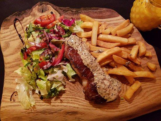 Świeradów Zdrój, Polska: Świetny stek. Wyjątkowe frytki! Smoothie z mango - naprawdę czuć było mango.