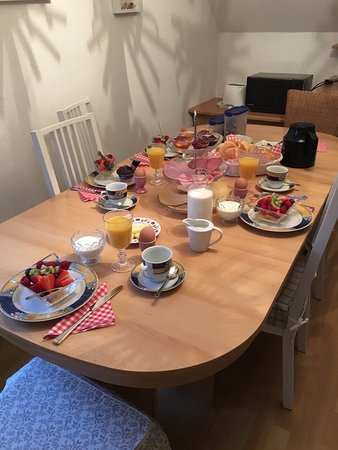 Hornbach, Germany: Breakfast for 4 people, served in the suite.