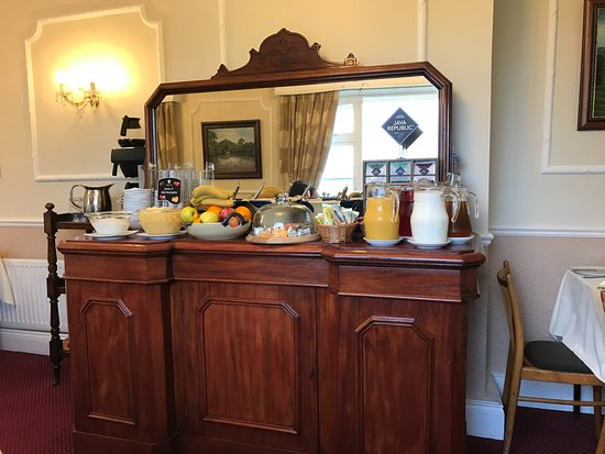 Castlelodge Guesthouse: cold buffet with yogurts, cereal, juices, fruits