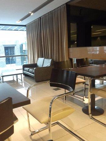 Victory Hotel: Área de desayuno y sillón con vista al exterior