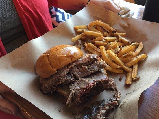Glen Burnie, Мэриленд: Brisket sandwich with fries