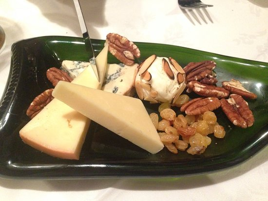 Chelsea, Canada: Local cheeses for dessert...