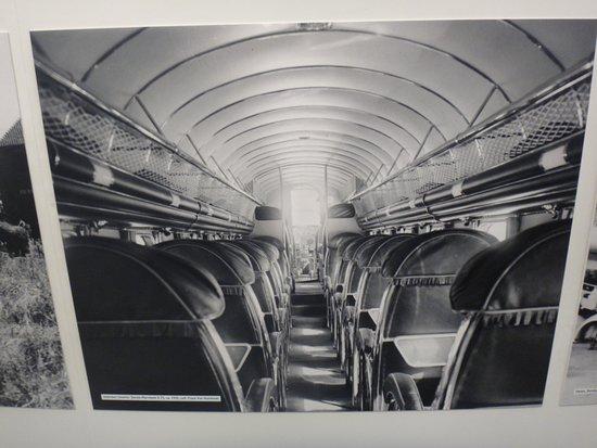 """Atomium : Wnętrze samolotu z minionej epoki - otwarte """"luki"""" na bagaż podreczny."""