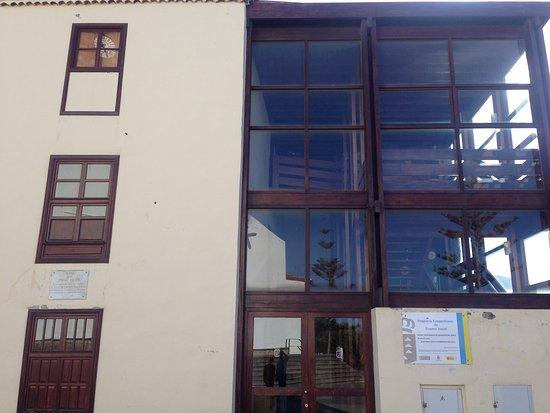 Buenavista del Norte, إسبانيا: Здание мерии Buenavista с интересным архитектурным решением