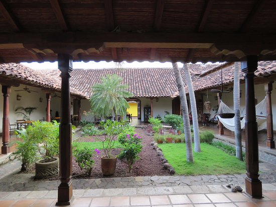 Hotel Patio del Malinche: the first courtyard