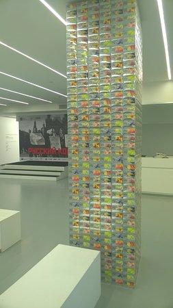 Мультимедиа Арт Музей: Колонна из чайных упаковок