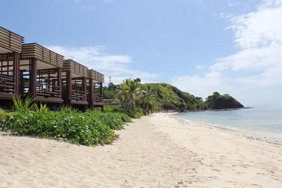 Mana Island Resort : Pool cabanas overlooking amazing beach