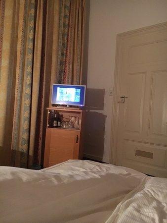 Hotel Alleehaus: Mon dieu quel horreur !!! Chambre a 5 m de la porte d entrée .. et du petit déjeuné !! 6h le mat