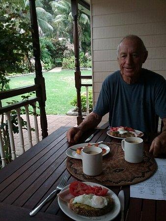 Lorhiti Apartments: breakfast on the terrace, in the beautiful gardens of Lorhiti