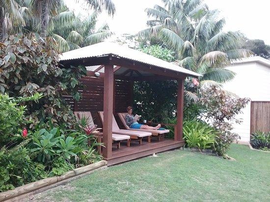 Lorhiti Apartments: Sun chaise cabana in the gardens, near the BBQ