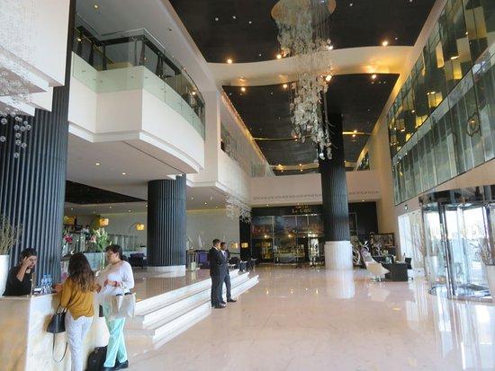 Sofitel Abu Dhabi Corniche: foyer