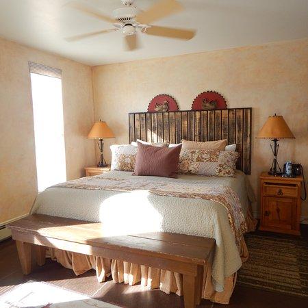 ทอร์รีย์, ยูทาห์: King bed with quilts and pillows. We loved the lighting in this room.