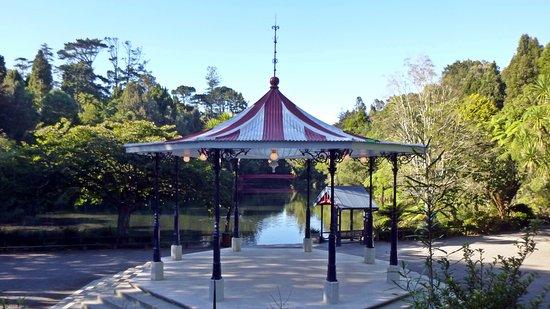 Pukekura Park: Band rotunda top lake