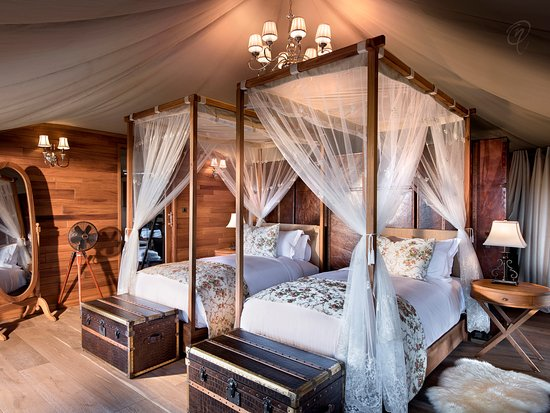 One Nature Nyaruswiga Serengeti: Luxury Family Tent bedroom with Emperor-sized bed (convertible to twin beds) and en-suite bathro