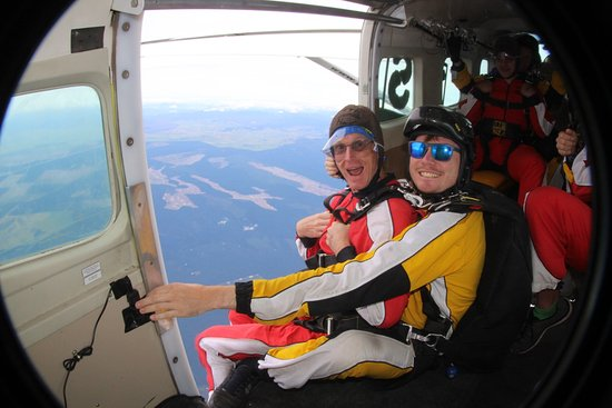 Taupo, Nieuw-Zeeland: Exiting at 12,000ft with my buddy Rob.