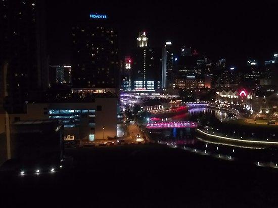 Park Avenue Clemenceau: vue de la chambre la nuit.