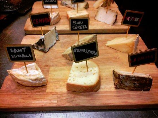 Viladrau, إسبانيا: Fusta de formatges de Can Berri