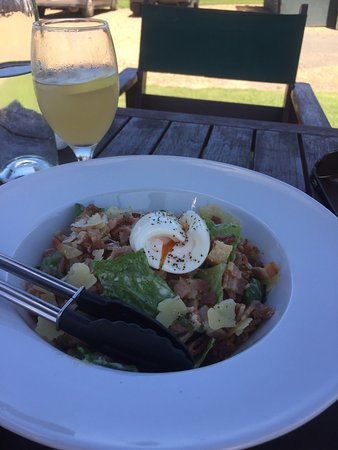 Waiheke Island, New Zealand: Refreshing ginger beer with a tasty Caesar salad.