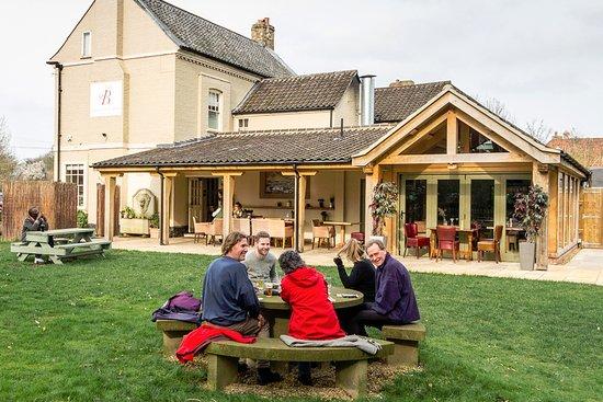 Oxborough, UK: Beddingfield Arms, garden and terrace