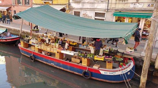 Campo San Barnaba: La barca que vende fruta y verdura