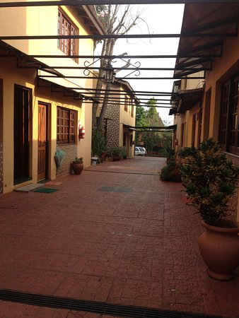 Terra Iguazú Apart Hotel: The central patio between the units, seen from the entrance