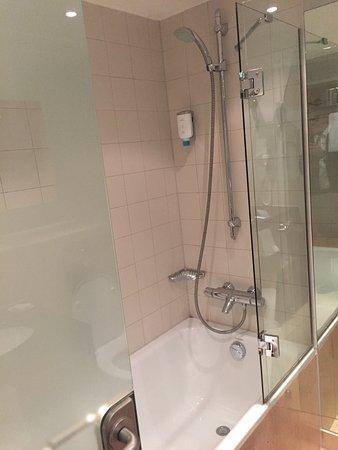 Dusche in der Badewanne - Bild von Dorint Main Taunus Zentrum ...