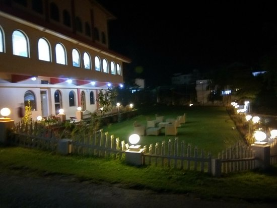 Hotel Lakeview: lawn area outside the restaurant
