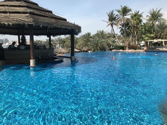 Le Meridien Mina Seyahi Beach Resort and Marina: Nice infinity pool with bar