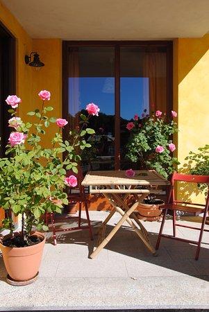 Cascina Armonia: Il portichetto del relax e delle colazioni nella stagione calda.