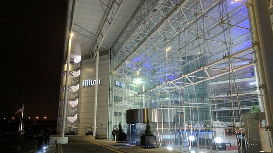Hilton London Heathrow Airport: View of Hotel when Emerging from Terminal 4 Walkway.