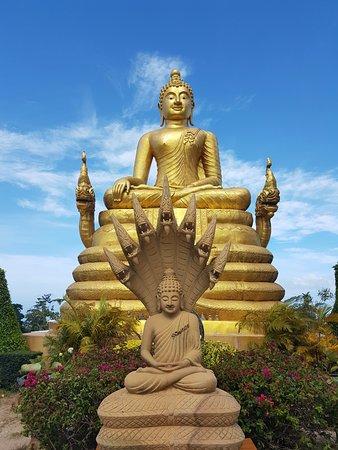 Chalong, Thailand: De gouden Buddha die achter de Big Buddha staat