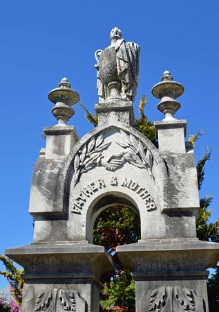 Oakland Cemetery: Large monument dedicated to parents