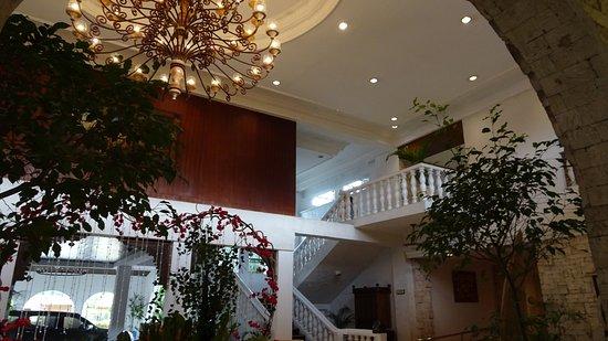 Montebello Villa Hotel : 吹き抜けのエントランス