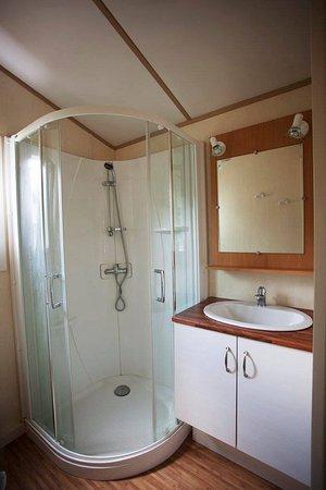 Salle de bain chalet - Photo de Auberge de la Plage, Baraize ...